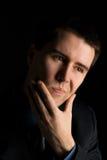Retrato de um homem que resolve problemas resistentes Imagem de Stock Royalty Free