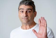 Retrato de um homem de 40s 50s em choque com uma expressão assustado em sua cara que faz gestos amedrontados em sentimentos human fotografia de stock royalty free