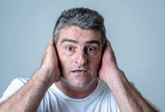 Retrato de um homem de 40s 50s em choque com uma expressão assustado em sua cara que faz gestos amedrontados em sentimentos human imagens de stock
