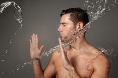 Retrato de um homem sob os jatos de água Fotografia de Stock