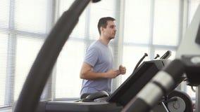 Retrato de um homem sobre 30 em um simulador running video estoque