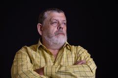 Retrato de um homem superior caucasiano, farpado pensativo na camisa amarela imagens de stock