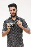 Retrato de um indivíduo do fotógrafo com uma câmera do vintage Foto de Stock Royalty Free