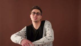 Retrato de um indivíduo elegante da dança no estúdio vídeos de arquivo