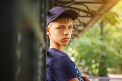 Retrato de um indivíduo em um tampão adolescente que olha no quadro fotografia de stock royalty free