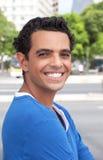 Retrato de um indivíduo latin de riso na cidade Foto de Stock Royalty Free