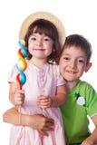 Retrato de um irmão e de uma irmã com doces Fotos de Stock Royalty Free
