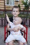 Retrato de um jogo de dois rapazes pequenos Fotografia de Stock Royalty Free