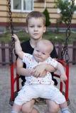 Retrato de um jogo de dois rapazes pequenos Imagens de Stock
