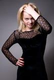 Retrato de um louro bonito em um vestido preto foto de stock