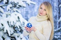 Retrato de um louro bonito no inverno Imagem de Stock Royalty Free