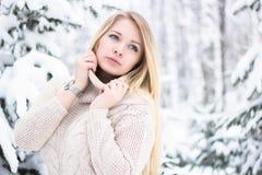 Retrato de um louro bonito no inverno Imagens de Stock Royalty Free