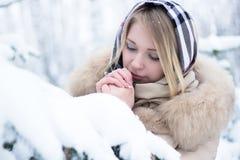 Retrato de um louro bonito no inverno Fotografia de Stock Royalty Free
