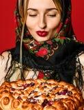 Retrato de um louro bonito novo no lenço que guarda uma torta caseiro deliciosa da baga imagem de stock royalty free