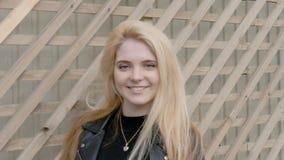 Retrato de um louro bonito, 'sexy' Sorriso romântico, cabelo que vibra no vento video estoque
