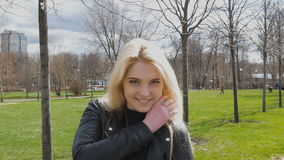 Retrato de um louro bonito, 'sexy' Sorriso romântico, cabelo que vibra no vento filme