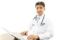 Retrato de um médico asiático foto de stock royalty free