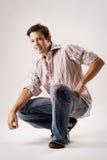 Retrato de um macho ocasional nas calças de brim Fotografia de Stock Royalty Free