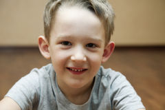 Retrato de um menino alegre Fotografia de Stock