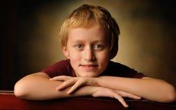 Retrato de um menino alegre da criança de 10 anos Imagens de Stock Royalty Free