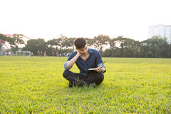 Retrato de um menino asiático novo e fresco no terreno Fotos de Stock Royalty Free