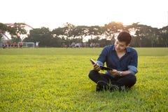 Retrato de um menino asiático novo e fresco no terreno Imagem de Stock