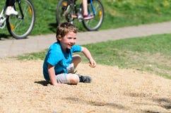 Retrato de um menino caucasiano idoso de cinco anos pequeno no parque imagem de stock