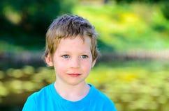 Retrato de um menino caucasiano idoso de cinco anos pequeno no parque imagens de stock royalty free