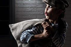 Retrato de um menino com um ladrão do saco fotografia de stock royalty free