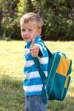 Retrato de um menino com uma trouxa da escola. Fotos de Stock