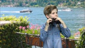 Retrato de um menino considerável novo em sightseeing video estoque