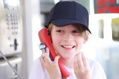 Retrato de um menino da idade escolar em um boné de beisebol foto de stock royalty free