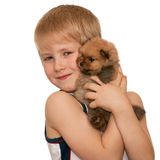 Retrato de um menino de sorriso com um filhote de cachorro pequeno Imagens de Stock