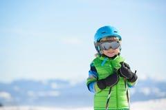 Retrato de um menino de sorriso do esquiador em um dia ensolarado Fotos de Stock Royalty Free