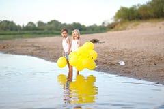 Retrato de um menino e de uma menina na praia Fotografia de Stock Royalty Free