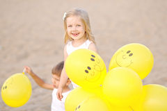 Retrato de um menino e de uma menina na praia Fotos de Stock
