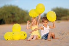 Retrato de um menino e de uma menina na praia Imagens de Stock Royalty Free