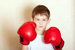 Retrato de um menino em luvas de encaixotamento vermelhas imagem de stock