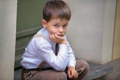 Retrato de um menino idoso de quatro anos ao ar livre na cidade Imagem de Stock
