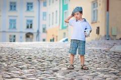 Retrato de um menino idoso pequeno bonito ao ar livre na cidade Imagens de Stock