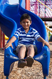 Retrato de um menino indiano pequeno bonito no campo de jogos Imagens de Stock Royalty Free