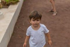 Retrato de um menino louro bonito ao andar em um trajeto fotografia de stock royalty free