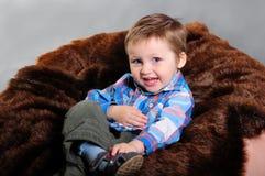 Retrato de um menino louro de riso com olhos azuis imagem de stock