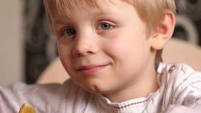 Retrato de um menino louro pequeno na cozinha filme
