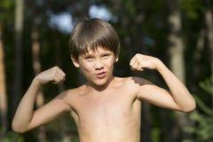 Retrato de um menino na natureza Imagens de Stock Royalty Free