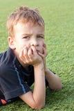 Retrato de um menino no campo de futebol. Imagens de Stock Royalty Free