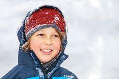 Retrato de um menino no inverno imagem de stock
