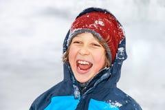 Retrato de um menino no inverno fotos de stock royalty free