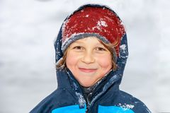 Retrato de um menino no inverno foto de stock royalty free