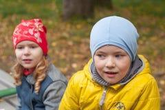 Retrato de um menino no parque do outono fotografia de stock royalty free